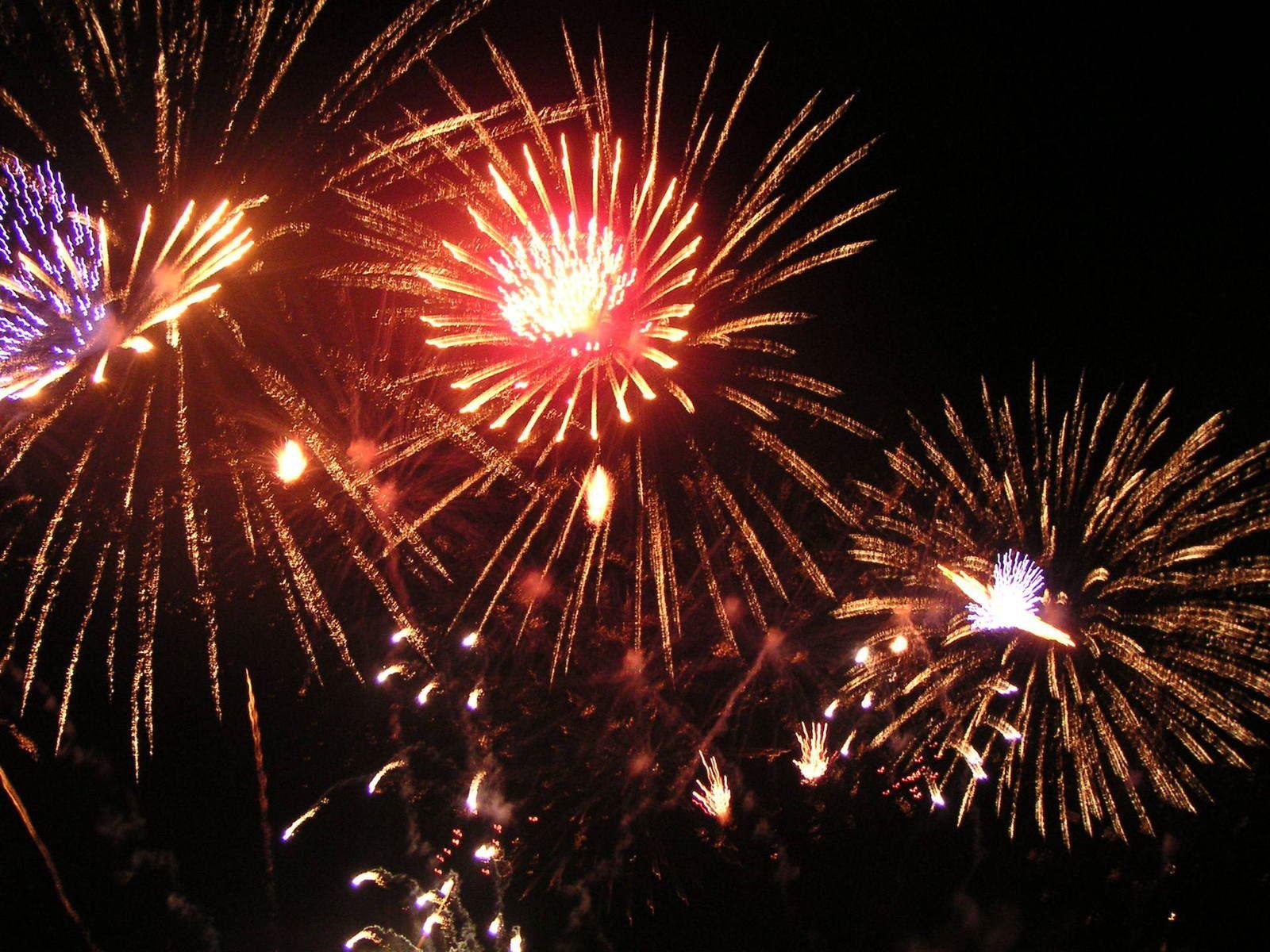 fireworks-3-1526439-1600x1200